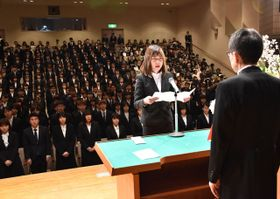 宮崎公立大新入生を代表して決意を述べる甲斐さん(手前左)