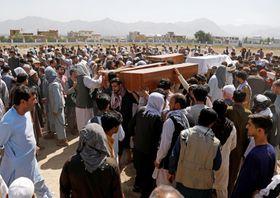 18日、アフガニスタンの首都カブールで、自爆テロ犠牲者の葬儀に集まった遺族ら(ロイター=共同)
