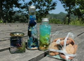 そば粉やそば茶を使ったこだわりクッキーと、「青にこだわるハーバリウム」