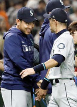 巨人に勝利し、タッチを交わすマリナーズの菊池雄星(左)とイチロー=東京ドーム