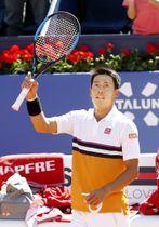 シングルス準々決勝でロベルト・カルバリェスバエナを下し、声援に応える錦織圭=バルセロナ(共同)