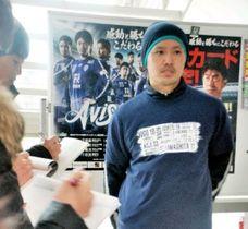 開幕戦で来場者に配られるTシャツを着て取材に応じるJ2福岡の岩下