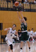 【バスケットボール成年女子決勝 シュートを放つ三重選抜の田中万衣羽(四日市商高)=津市産業スポーツセンターで】