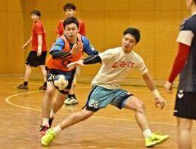 日本選手権に向けた練習で競り合う八巻雄一(左)と岩見海里=神埼市のトヨタ紡織九州クレインアリーナ