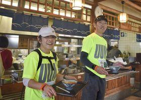 第1回「ウルトラうどんマラニック」に参加し「上野製麺所」でうどんを受け取る人たち=2日、高松市