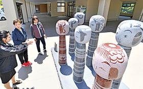 湯愛舞台に設置されたこけしの石像。土湯こけし工人7人の作品がモデルになっている