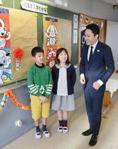 門田和奏さん(中央)らから五輪マスコットの投票結果を聞く太田雄貴氏=19日、パリ近郊の日本人学校(共同)