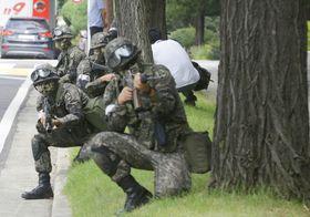 2016年8月、米韓の合同指揮所演習「乙支フリーダムガーディアン」の一環で、対テロ訓練をする韓国軍兵士=ソウル(AP=共同)