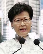 15日、「逃亡犯条例」改正案の審議延期を発表する香港の林鄭月娥行政長官(共同)