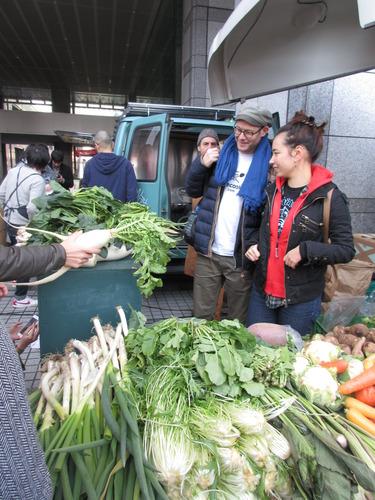 青山ファーマーズマーケットのイベントに参加したダーヴィド・グロス監督(右から2人目)=1月22日