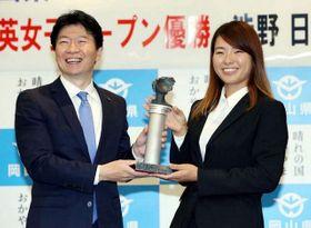 伊原木知事から県スポーツ特別顕賞を贈られる渋野選手(右)=県庁