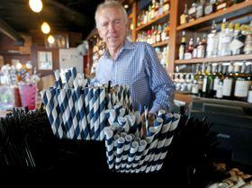 米西部ワシントン州シアトルのレストランに置かれた紙製のストロー=6月19日(シアトル・タイムズ紙提供、AP=共同)
