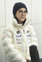 欧州遠征へ出発前に取材に応じる高梨沙羅=15日夜、羽田空港
