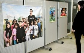 長谷部誠選手と難民の子どもたちを写した写真が並ぶ会場=神戸市中央区脇浜海岸通1