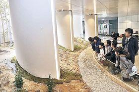 医王山の原風景を表現した「やまほたるの庭」=金沢駅西広場地下道