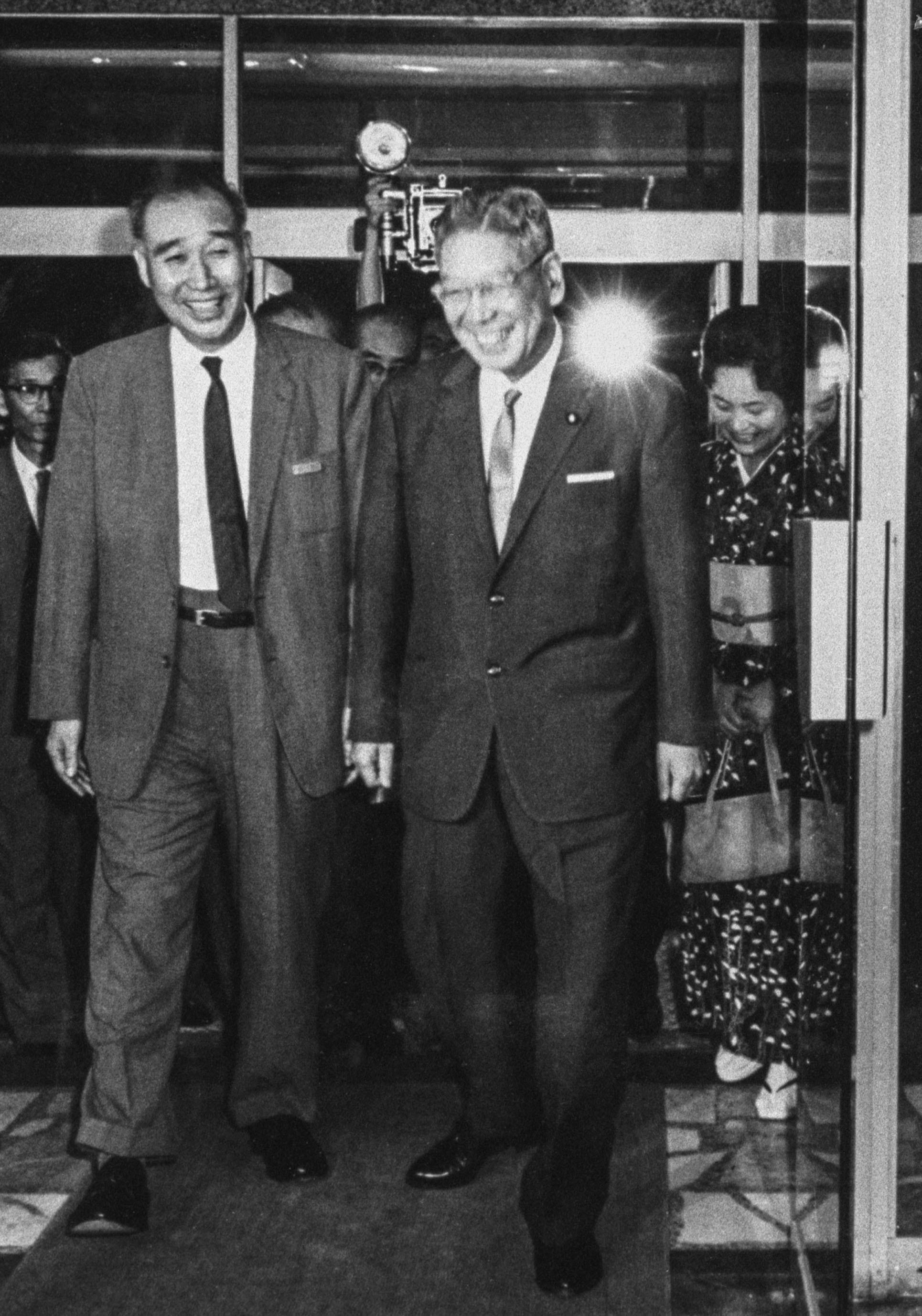 1964年9月9日、国立がんセンターに入院する池田勇人首相(右)