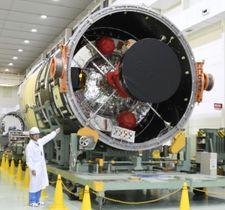 三菱重工業が公開した、無人補給機「こうのとり」の打ち上げに使うH2Bロケットの胴体部分の2段目=26日午後、愛知県飛島村