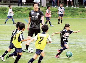 子どもたちを指導する長谷部誠選手=23日午後、藤枝総合運動公園