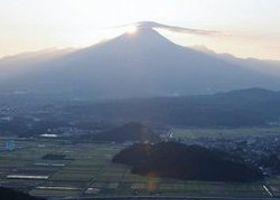 母塚山から望む大山山頂と日の出が重なる「ダイヤモンド大山」=19日