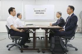 半導体材料の輸出規制強化に関する事務レベル会合に臨む韓国側(右)と経産省の担当者=12日午後、経産省(代表撮影)