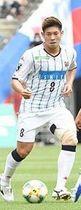 FC東京戦でボールをキープする深井(守屋裕之撮影)