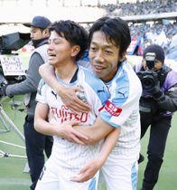 FC東京―川崎 後半、2点目のゴールを決めた長谷川(左)を祝福する川崎・中村=味スタ