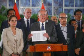 14日、ペルー・リマで演説するクチンスキ大統領(中央)(ペルー政府提供・ロイター=共同)