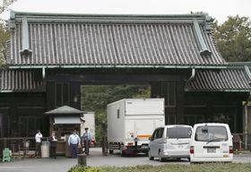 高御座と御帳台を載せ、皇居に到着したトラック。後方は乾門=26日午前