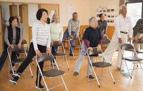 こけないからだづくり講座で体操に取り組む参加者(都城市提供)