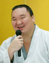 優勝から一夜明け、笑顔で記者会見する横綱白鵬=24日午前、東京都内のホテル