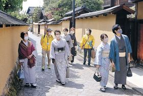 着物で散策を楽しむ参加者=金沢市長町1丁目