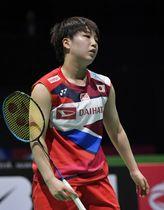 女子シングルス2回戦 シンガポール選手にポイントを奪われ肩を落とす山口茜=バーゼル(共同)