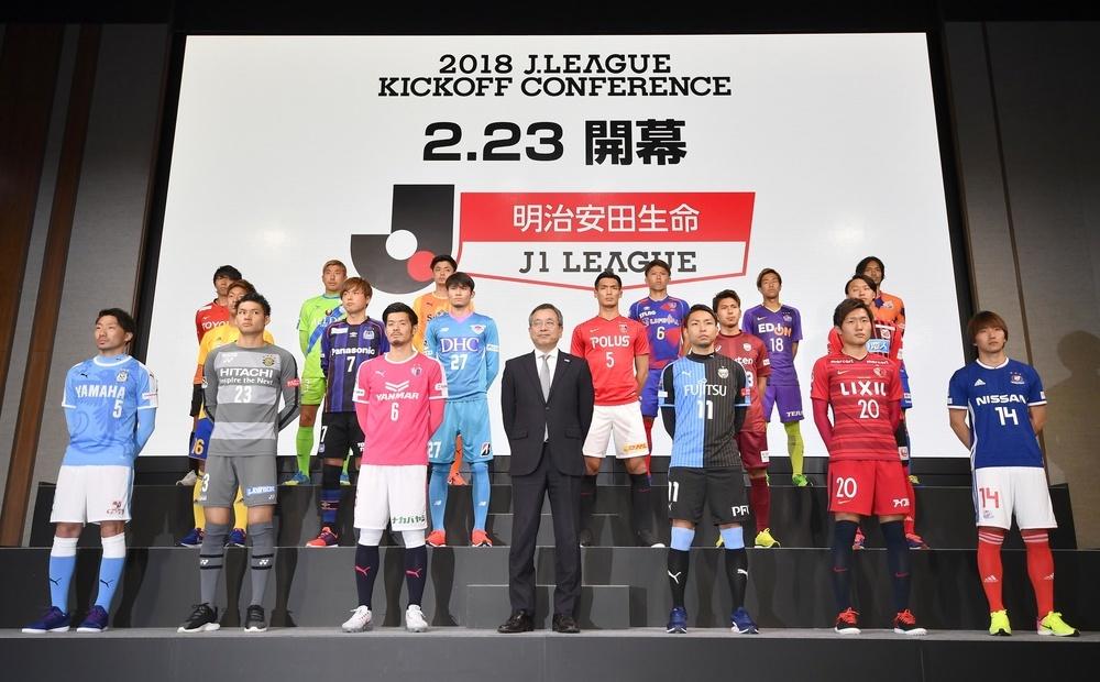 Jリーグ開幕前恒例のキックオフカンファレンスで、記念写真に納まる村井満チェアマン(前列中央)とJ1の選手=東京都内