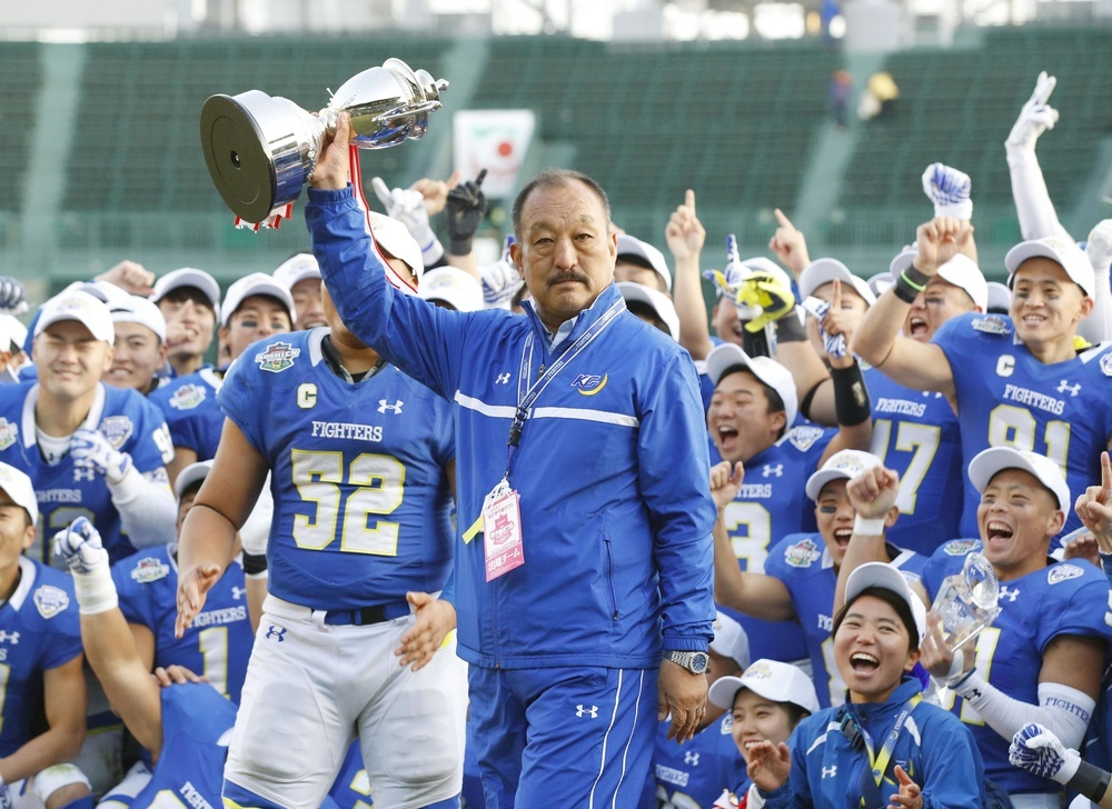 昨年12月の「甲子園ボウル」で、2年連続30度目の優勝を果たした関学大の鳥内秀晃監督=甲子園球場