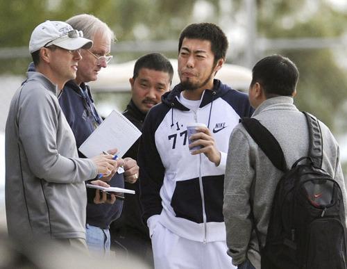 米メディアの取材を受けるレンジャーズ・上原(右から2人目)=2012年、サプライズ(共同)