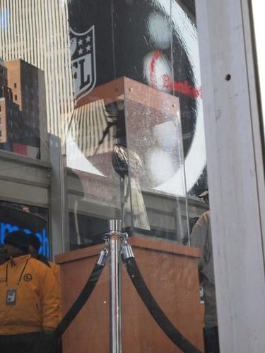 常にファンが行列をなしていた「ビンス・ロンバルディ・トロフィー」=撮影:Hiroshi Ikezawa、30日、ニューヨーク
