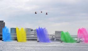 2020年の東京五輪・パラリンピックにちなみ、5色での一斉放水を披露する東京消防庁の消防艇=19日、東京都中央区の晴海埠頭沖
