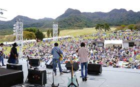 阿蘇山麓で開かれた、今回で最後となるカントリー音楽イベント「カントリーゴールド」=20日午後、熊本県南阿蘇村