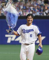7回中日1死、平田はサイクルヒットとなる左前打を放ち、花束を手に声援に応える=ナゴヤドームで