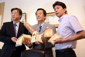 新商品のパン種を紹介する、土田社長(左)、久冨教授(中)、中島社長