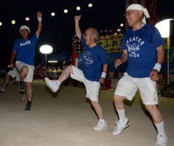 軽快に踊る「つぼう男シングチーム」のメンバー