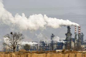 中国の石炭火力発電所。中国は日本や米国と同様、2050年の「排出ゼロ」目標を打ち出していない=2019年11月(AP=共同)