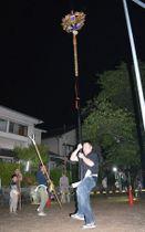 約40キロの菊鉾を差し足の運びを練習するメンバー