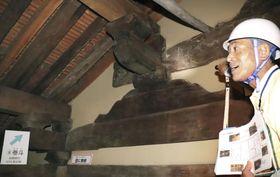 世界遺産元興寺で一般公開された国宝・禅室の屋根裏=16日午前、奈良市