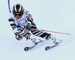 【大回転成年男子A】攻めの滑りで3連覇した山田(日大)=大鰐温泉スキー場