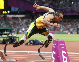 ロンドン・オリンピックの陸上400メートル準決勝でスタートするオスカー・ピストリウス選手