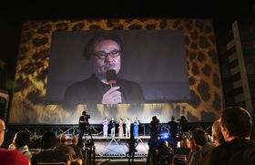 ロカルノ国際映画祭での「旅のおわり世界のはじまり」上映を前にあいさつする黒沢清監督=17日、スイス南部ロカルノ(共同)