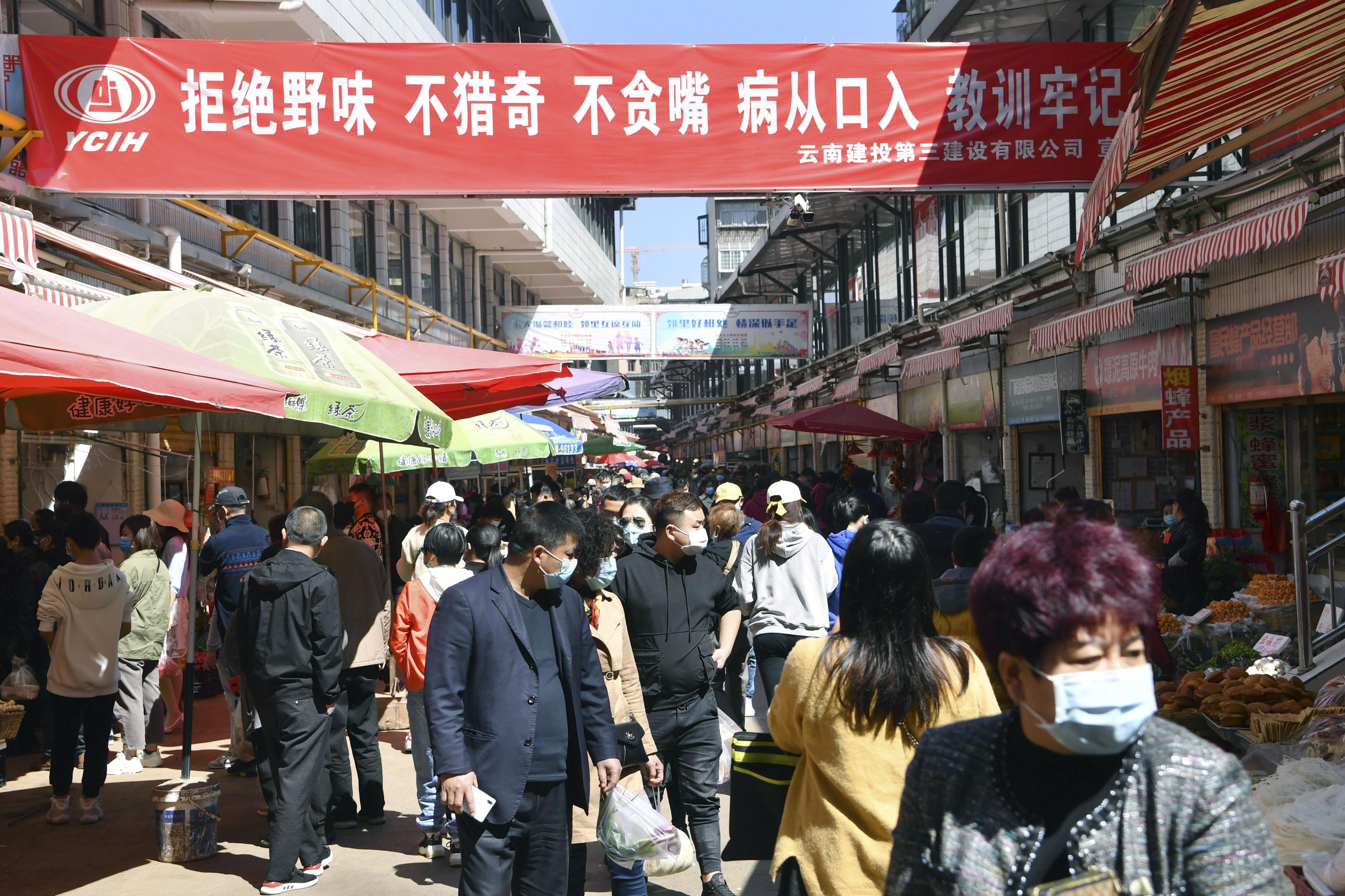 中国雲南省の市場に掲げられた野生動物を食べないよう呼び掛けるスローガン=3月(共同)