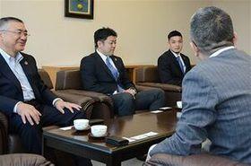 東奥日報社を訪れ、今季の躍進を誓った左から下山社長、北谷AHC、門馬主将=19日、青森市の東奥日報社