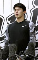 取材に応じるロッテの佐々木朗希投手=3月11日、千葉市のZOZOマリンスタジアム